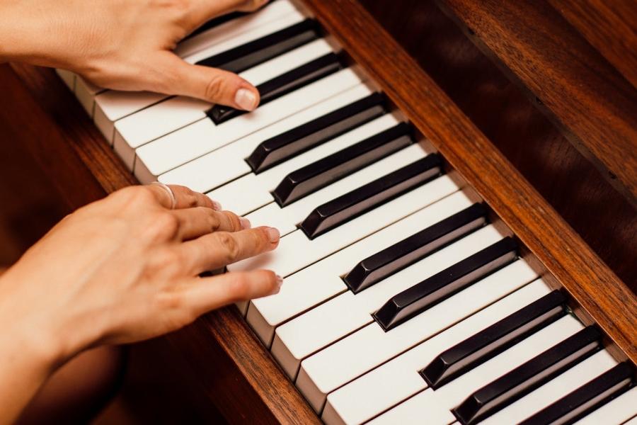 nauka gry na pianinie dzieci podczas wakacji
